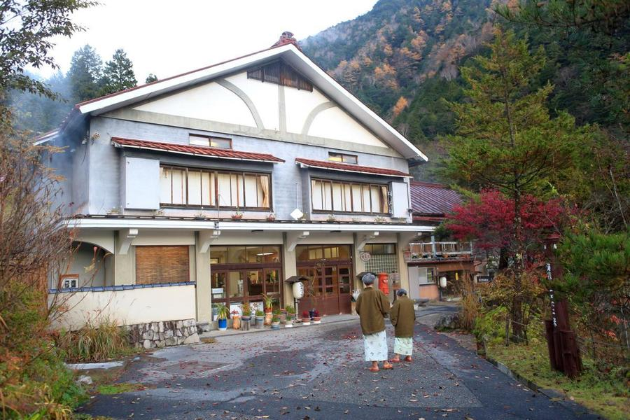 Nakabusa Onsen at Mt. Tsubakuro's trailhead welcomes day-use bathers