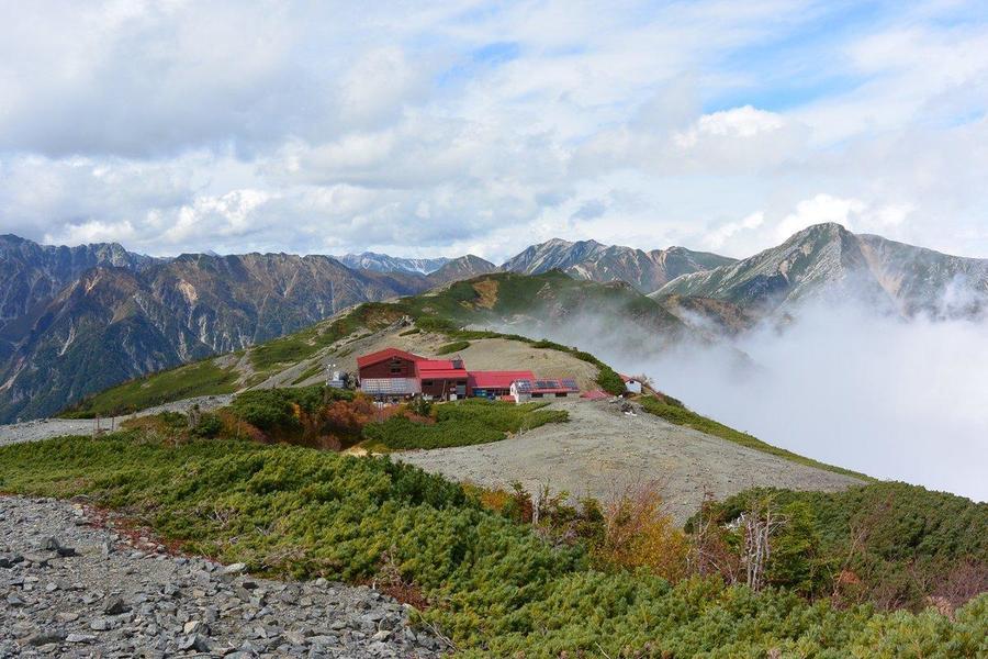 Chogatake Hutte is on a ridgeline
