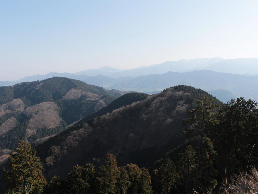 Looking back from Mt. Kagenobu to already traversed Mt. Takao and Mt.Kobotoke-shiroyama.