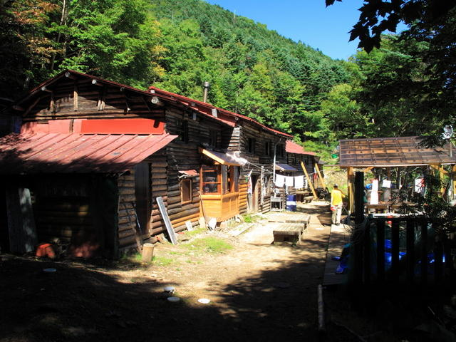 Kobushi-goya mountain hut is about a 30 minute round trip hike from the peak.