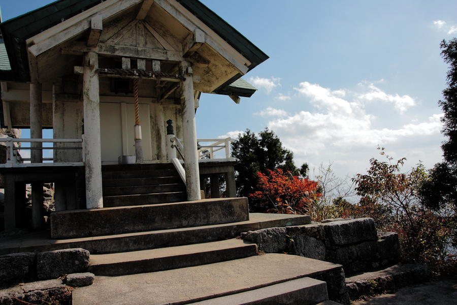 The building of Kamado-jinja Shrine at the summit.
