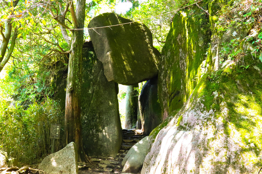 "Giant rock called ""Benkei-nanamodori."""